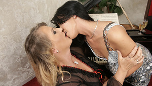 Hot babe licking a old lesbian